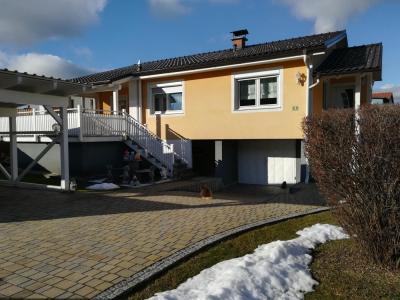 Einfamilienhaus mit überdachter Terrasse Carport, Garage und Garten